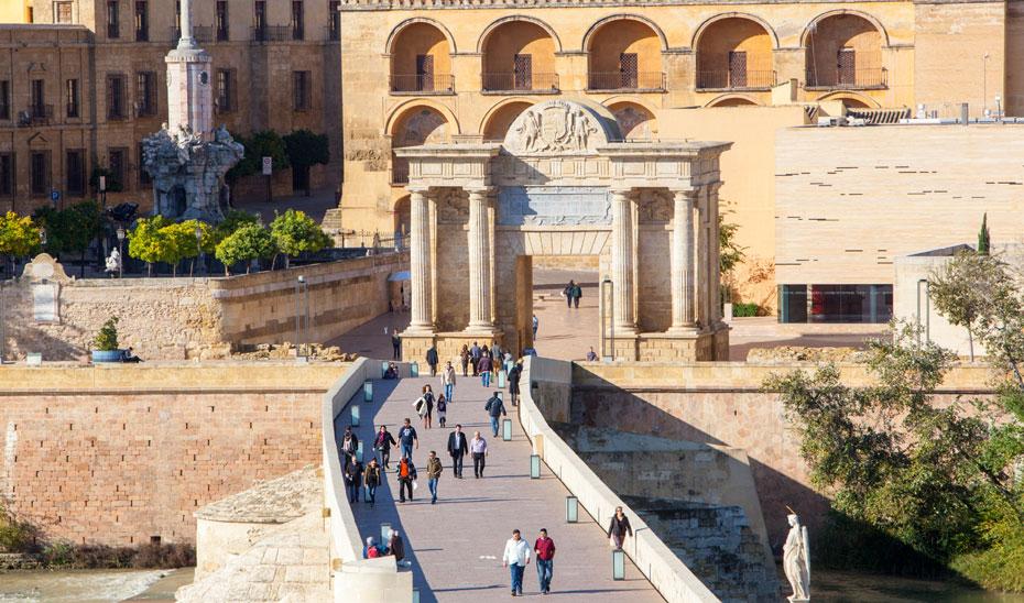 Imagen de turistas por el puente romano de Córdoba.