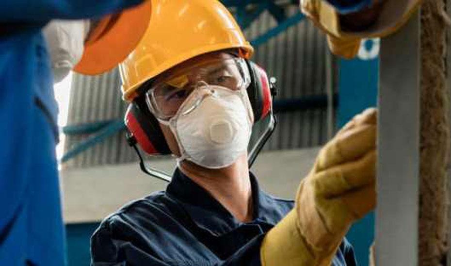 Imagen de un trabajador con el equipo de protección.
