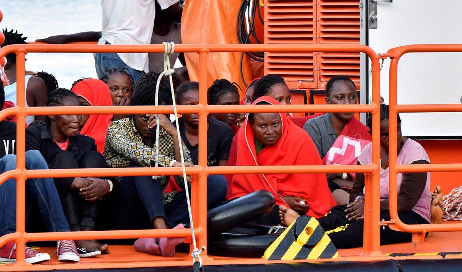 Llegada al puerto de Almería de 25 personas de origen magrebí, entre ellas algunos menores. EFE.