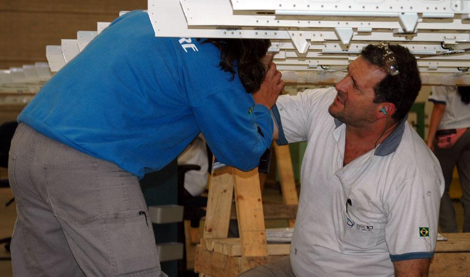 Operarios trabajando en una instalación.