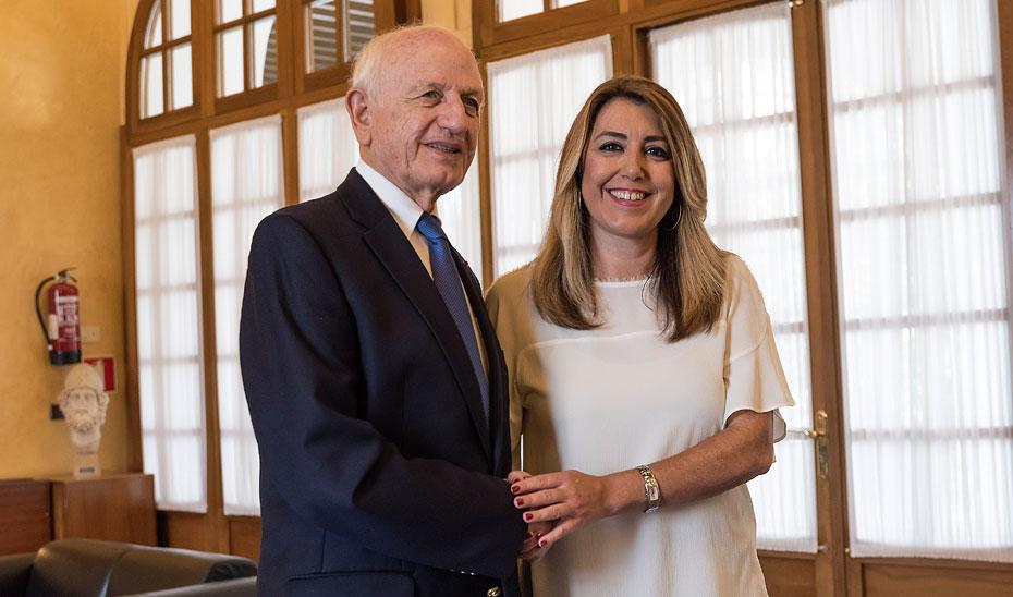 Susana Díaz saluda en el Parlamento andaluz al consejero real del Reino de Marruecos y presidente de la Fundación Tres Culturas, André Azoulay.