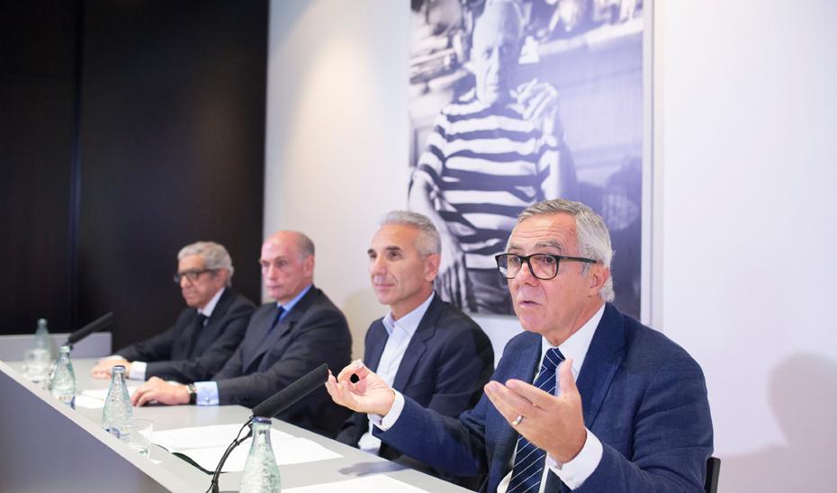 José Lebrero, director artístico del Museo Picasso Málaga, durante la presentación de las actividades, junto al consejero de Cultura (Foto EFE).
