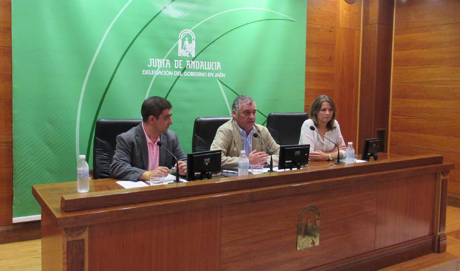 El consejero de Empleo, Empresa y Comercio, Javier Carnero, informa en Jaén de una inversión de 18,85 millones para la contratación de desempleados por los ayuntamientos.