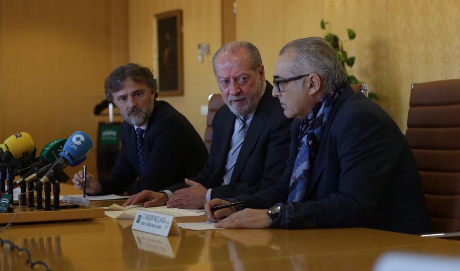 José Fiscal, Fernando Rodríguez Villalobos, y Joaquín Páez presentando el proyecto de mejora de la calidad y abastecimiento de agua en la Sierra Sur de Sevilla.
