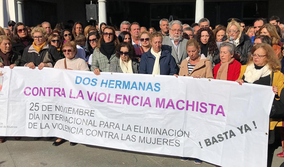 Un momento de la concentración tras el último asesinato por violencia de género en Dos Hermanas.