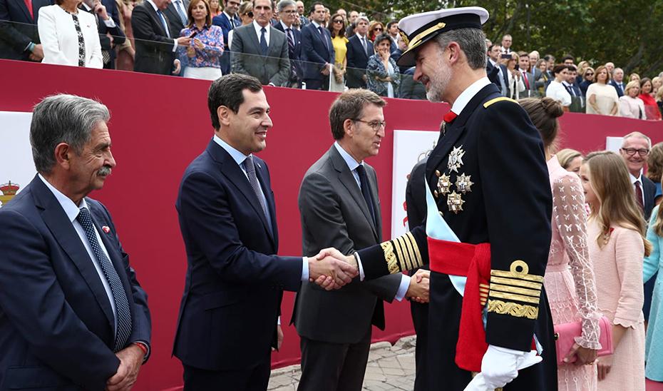 El presidente Juanma Moreno saluda al Rey Felipe VI durante la celebración del 12 de Octubre.