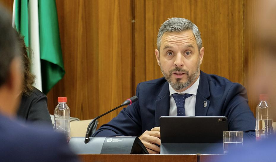 El consejero Juan Bravo, durante su intervención ante la Comisión de Hacienda del Parlamento de Andalucía.