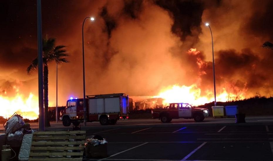 Imagen del fuego en el poblado de chabolas.