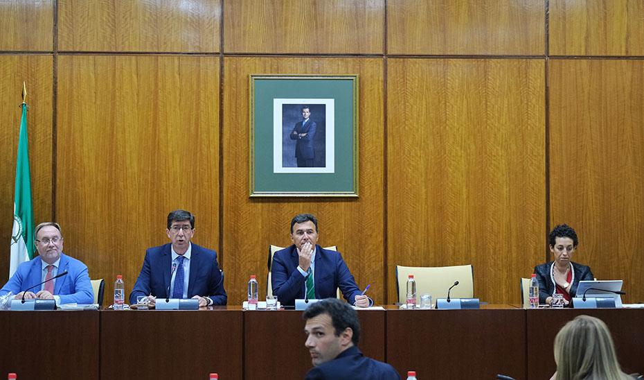 El vicepresidente de la Junta y consejero de Turismo, Regeneración, Justicia y Administración Local, en comisión parlamentaria.