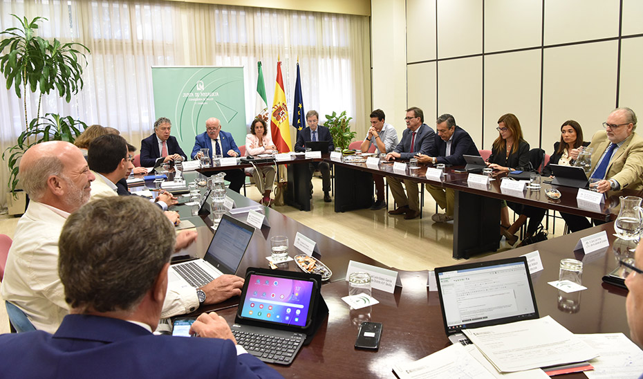 Jesús Aguirre presidiendo la reunión del equipo técnico responsable del control del brote de listeriosis.