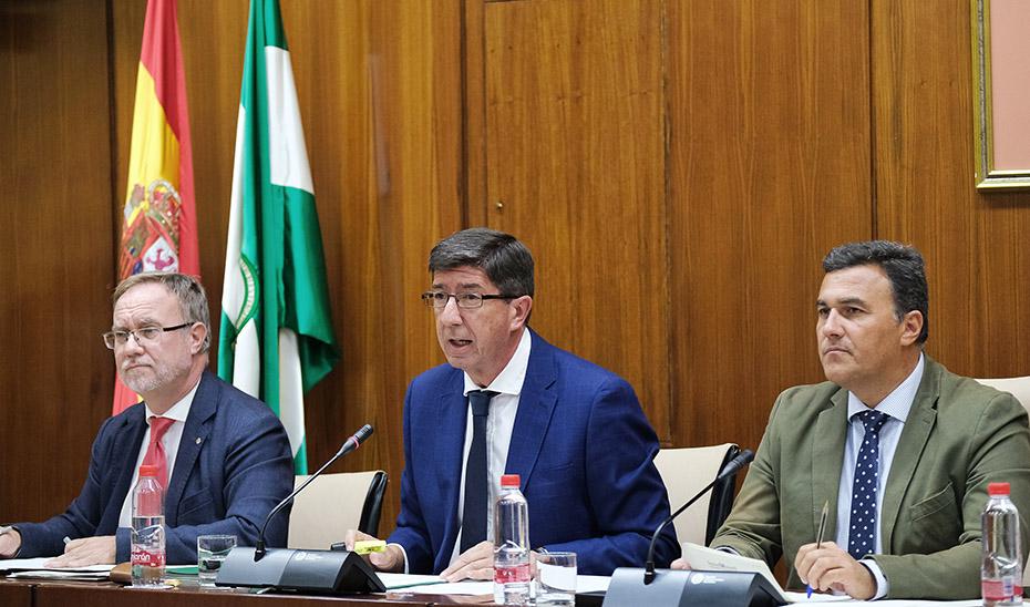 El vicepresidente y consejero Juan Marín informa en comisión parlamentaria.