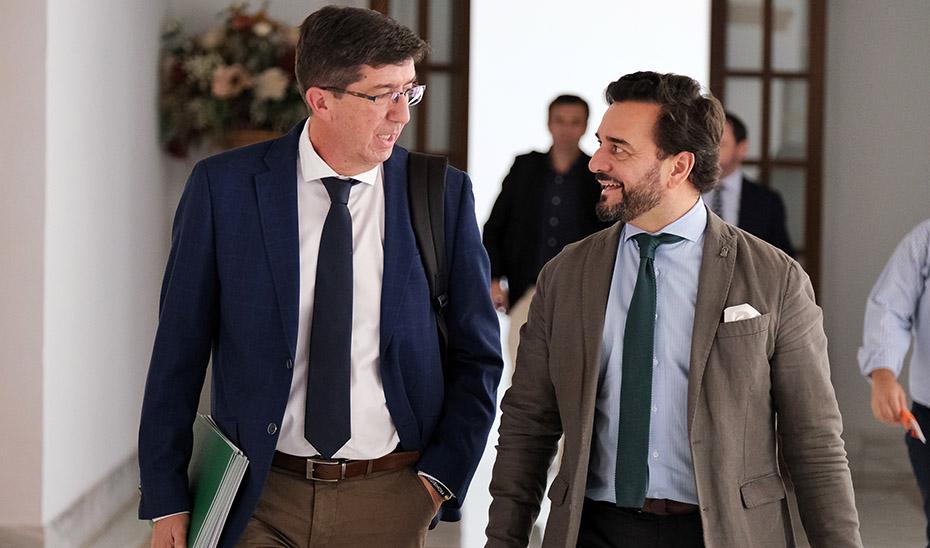 Juan Marín con el viceconsejero de Turismo este miércoles en los pasillos del Parlamento andaluz.