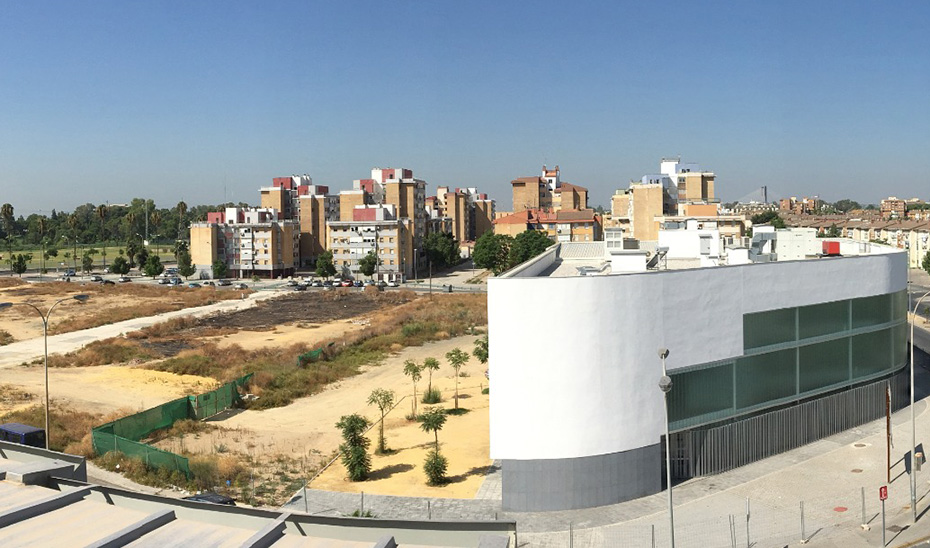 Imagen de una parcela del Polígono Sur de Sevilla.
