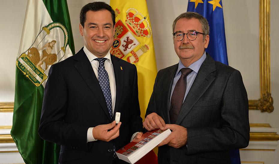 El presidente Juanma Moreno, con Ángel Gallego, muestra la memoria anual del CES.