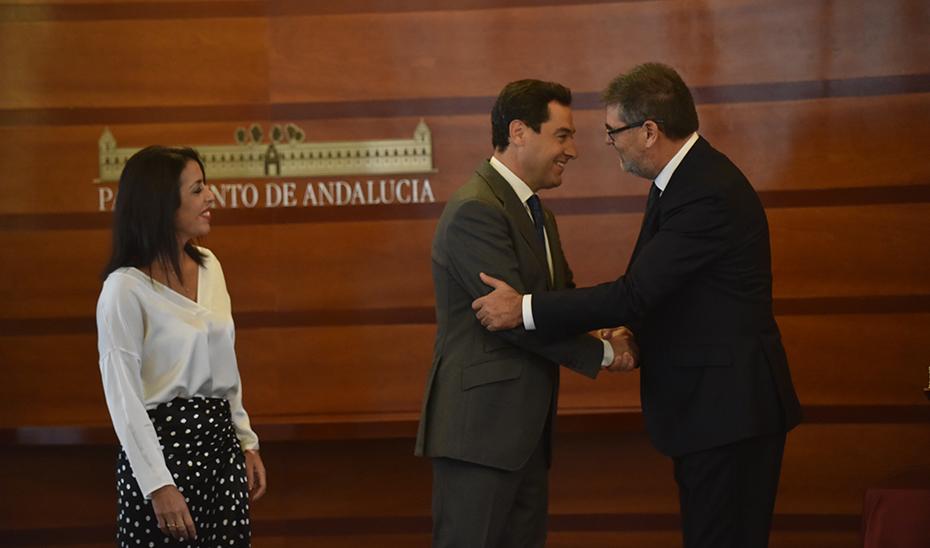Juanma Moreno asiste a la toma de posesión del presidente de la Cámara de Cuentas de Andalucía
