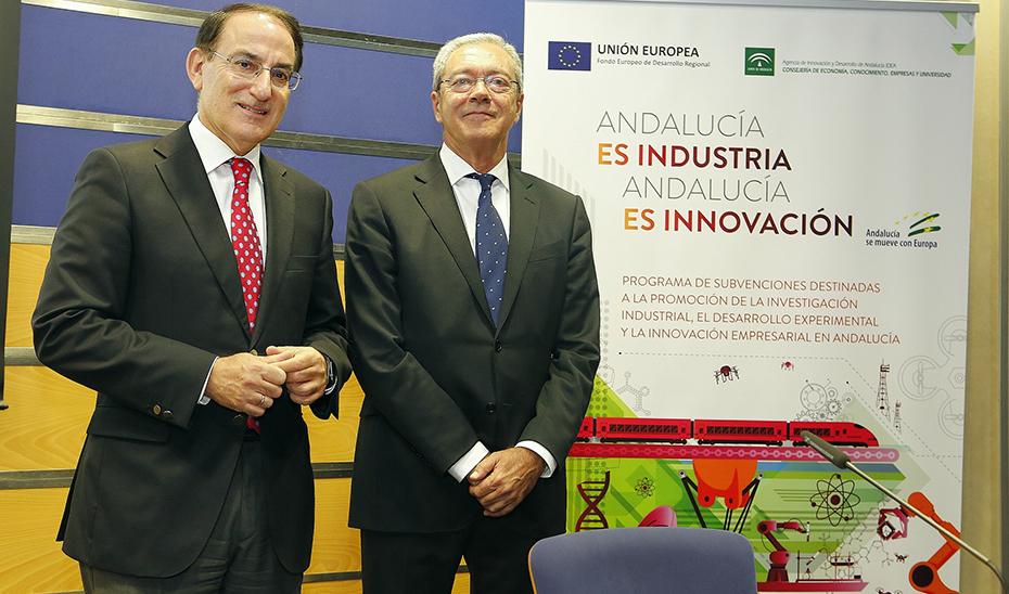 Rogelio Velasco, junto al presidente de la CEA, Javier González de Lara, en las jornadas.
