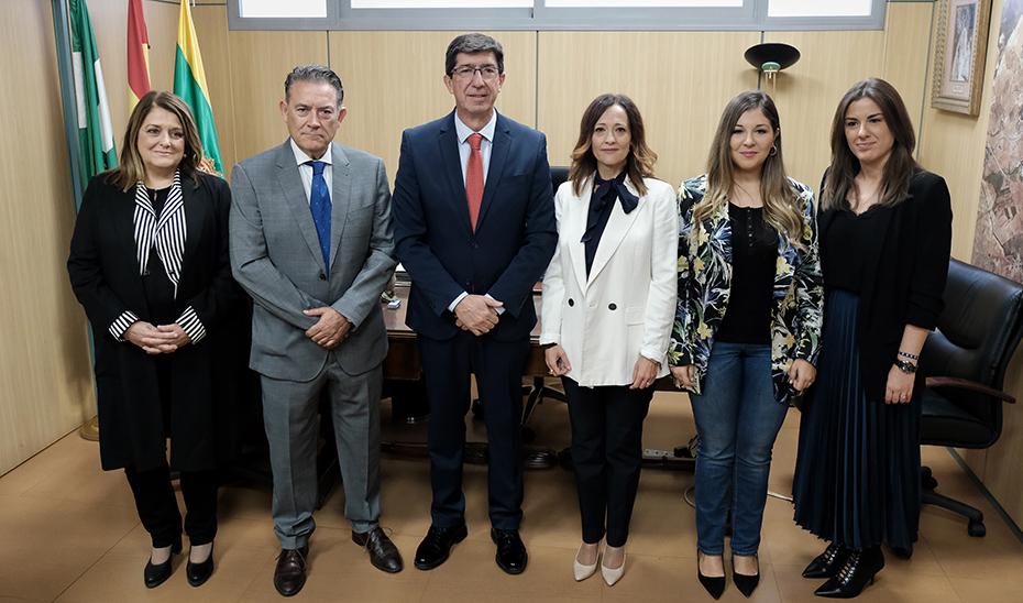 El vicepresidente y consejero de Turismo, Juan Marín, junto al alcalde linarense, Raúl Caro, esta mañana en el Ayuntamiento.