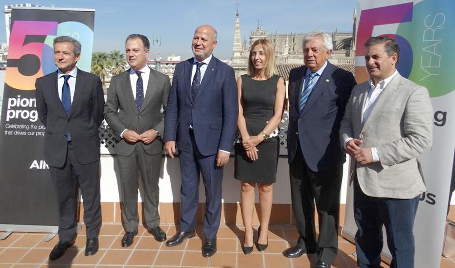 El consejero Javier Imbroda, tras la firma del convenio de colaboración con Airbus.