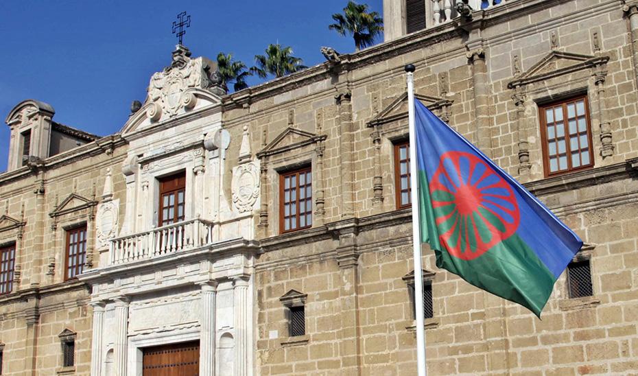 La bandera del Pueblo Gitano ondea en el Parlamento de Andalucía.