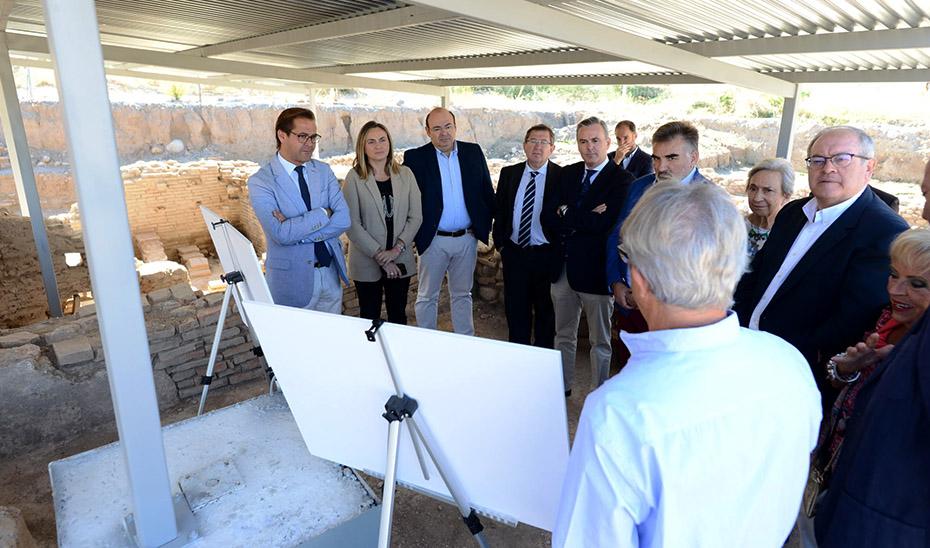 La consejera de Fomento, Marifrán Carazo, escucha las explicaciones del técnico sobre las catas arqueológicas a realizar.