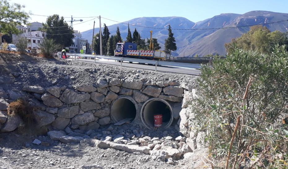 Obras de emergencia en el puente sobre el río Chico en Órgiva.
