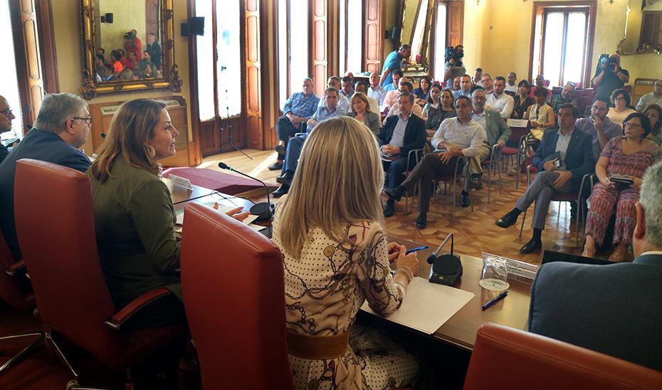 La consejera Carmen Crespo durante la reunión con alcaldes de Almería.
