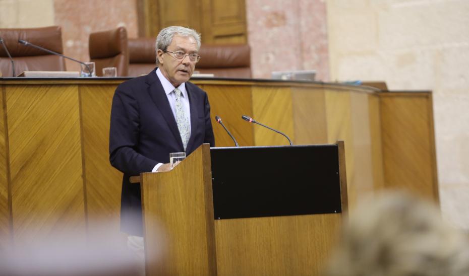 El consejero Rogelio Velasco informa en el pleno del Parlamento del inicio del curso universitario.