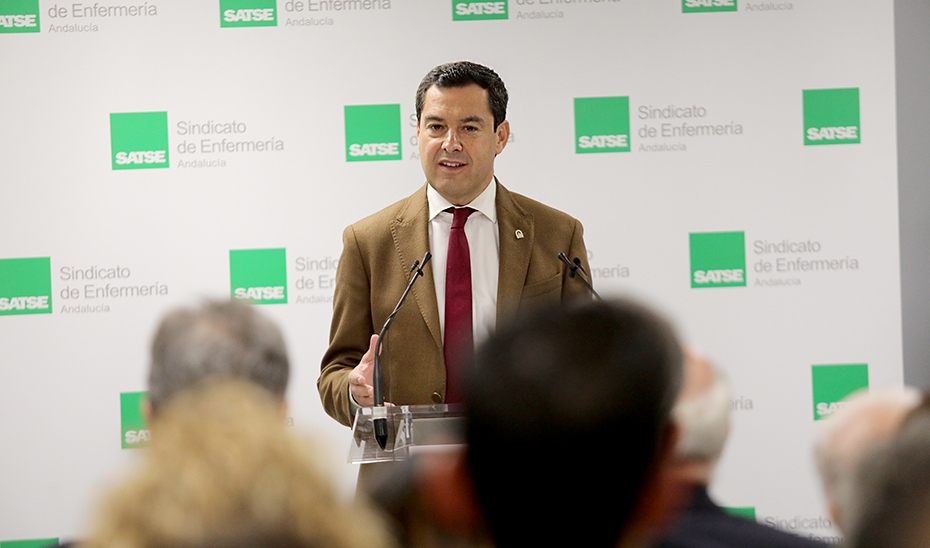Moreno subraya como compromiso de legislatura dignificar la profesión del personal sanitario en Andalucía