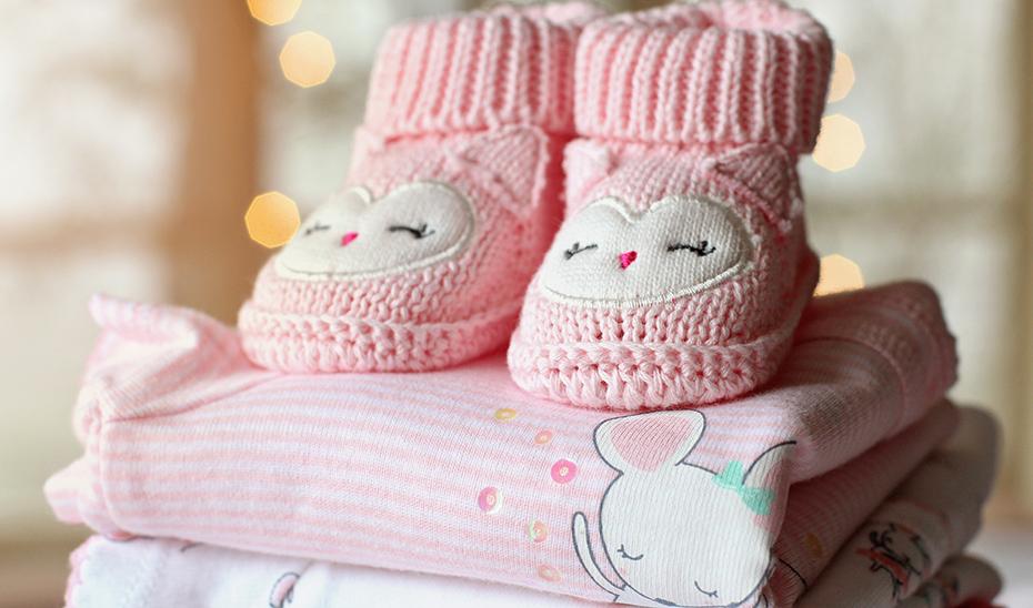 Consumo recomienda revisar el etiquetado de la ropa infantil antes de comprarla.