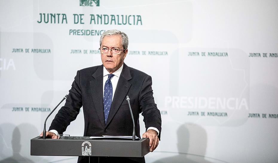 Velasco subraya que la economía andaluza crecerá a un ritmo de casi el 2%