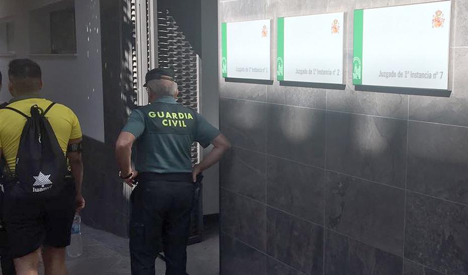 Un guardia civil en la puerta de unos juzgados jiennenses.