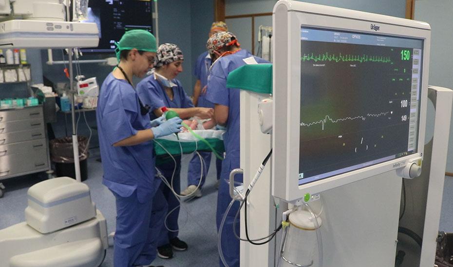 El Virgen del Rocío cierra por cateterismo un defecto arterial común en bebés prematuros sin cirugía