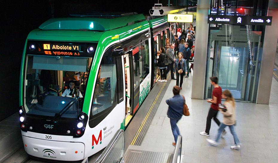 Pasajeros suben y bajan del metro de Granada.