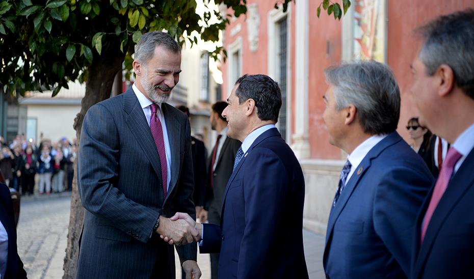 Saludo del presidente Juanma Moreno y el Rey Felipe VI.