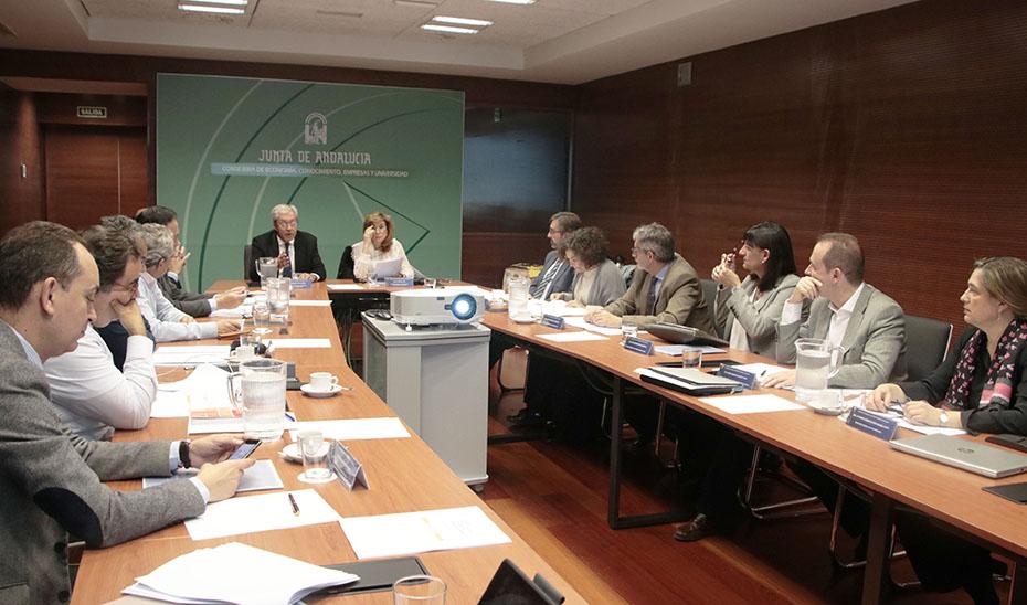Imagen de archivo del consejero de  Economía, Rogelio Velasco, reunido con los rectores de las universidades públicas andaluzas.