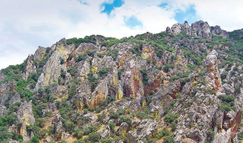 Las escarpadas cumbres del Parque Natural de Despeñaperros.