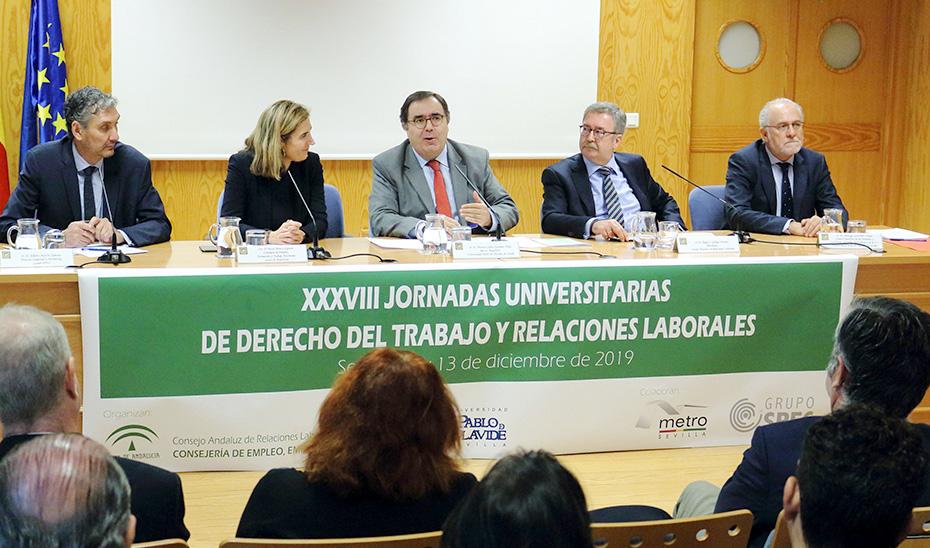 La consejera Rocío Blanco, en la mesa que preside las jornadas del CARL sobre Derecho del Trabajo.