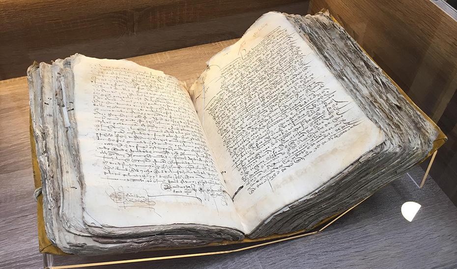 Uno de los libros que se exhiben en la exposición sobre el viaje de Magallanes y Elcano.