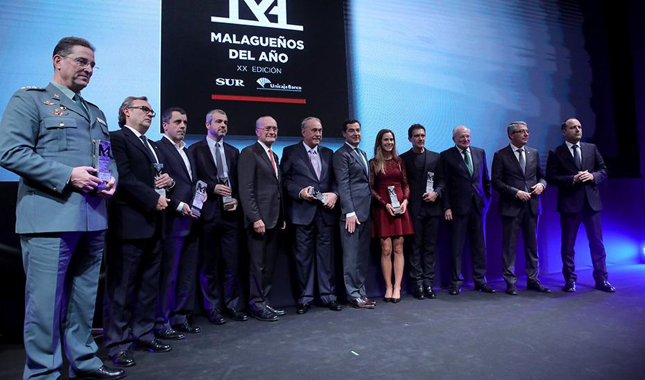 El presidente Juanma Moreno posa junto a los galardonados con el premio Malagueño del Año.