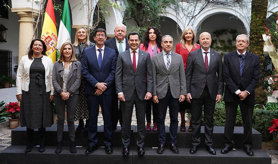 Juanma Moreno y Juan Marín con el resto de miembros del Gobierno andaluz antes de reunirse en el Palacio de Viana de Córdoba.