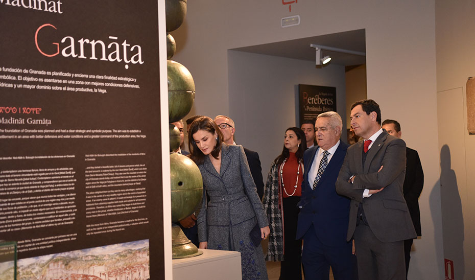 Moreno acompaña a la Reina Letizia en la inauguración de la muestra 'La Granada zirí y el universo beréber'