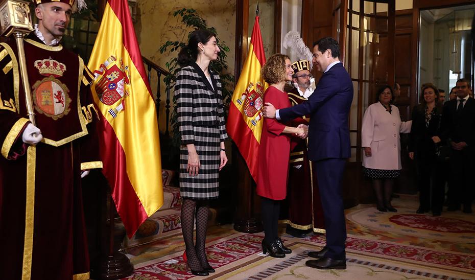 Juanma Moreno saluda a la reelegida presidenta del Congreso, Meritxell Batet, en la recepción por el Día de la Constitución.