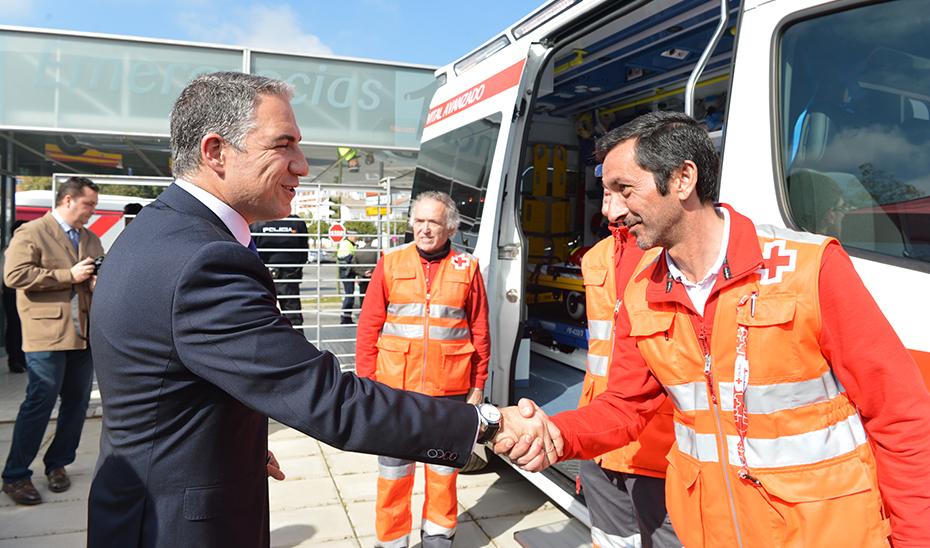 El consejero Elías Bendodo saluda a los profesionales de emergencias del 112.