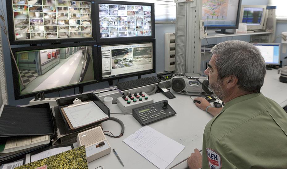 Un vigilante de seguridad en el control de seguridad de un hospital del SAS.