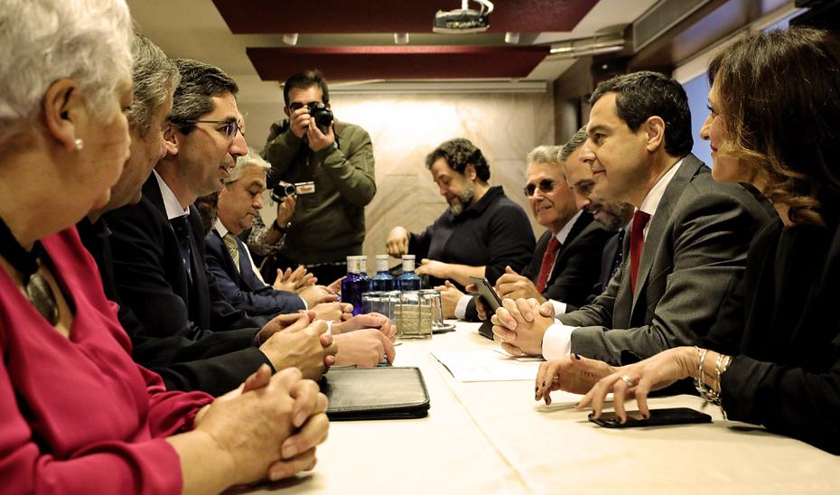 Juanma Moreno, durante el encuentro con la plataforma \u0027Jaén merece más\u0027.