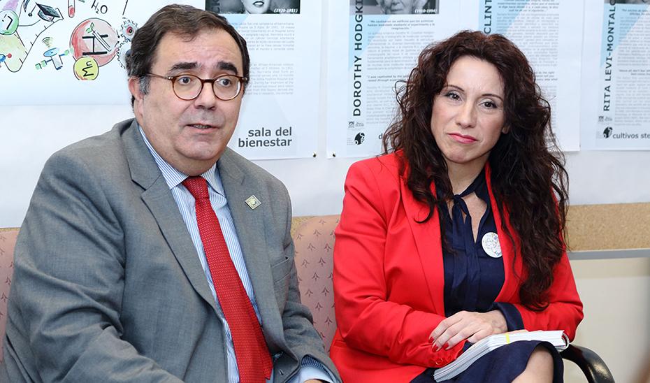 Vicente Guzmán y Rocío Ruiz, durante la visita al Centro Andaluz de Biología del Desarrollo de la UPO.