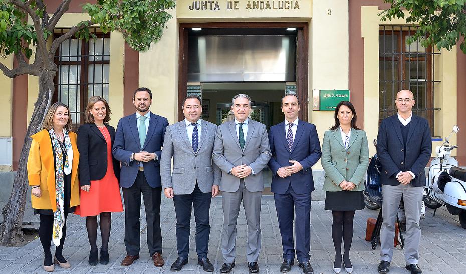 Bendodo, junto al delegado de la Junta en Sevilla, Ricardo Sánchez, y el resto de delegados territoriales.