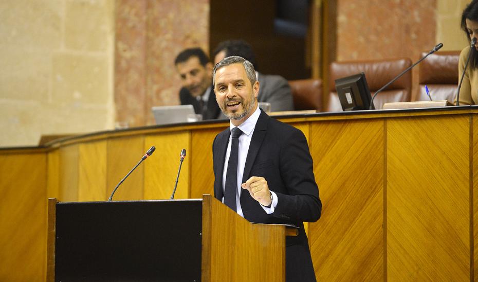 El consejero de Hacienda, Industria y Energía, Juan Bravo, durante su intervención en el Pleno del Parlamento.