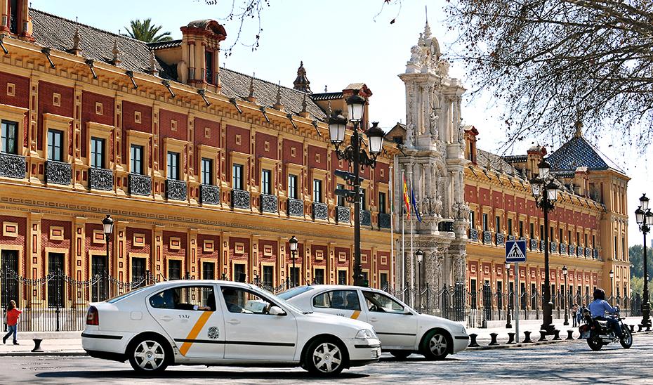 Taxis doblando en una de las esquinas del Palacio de San Telmo.