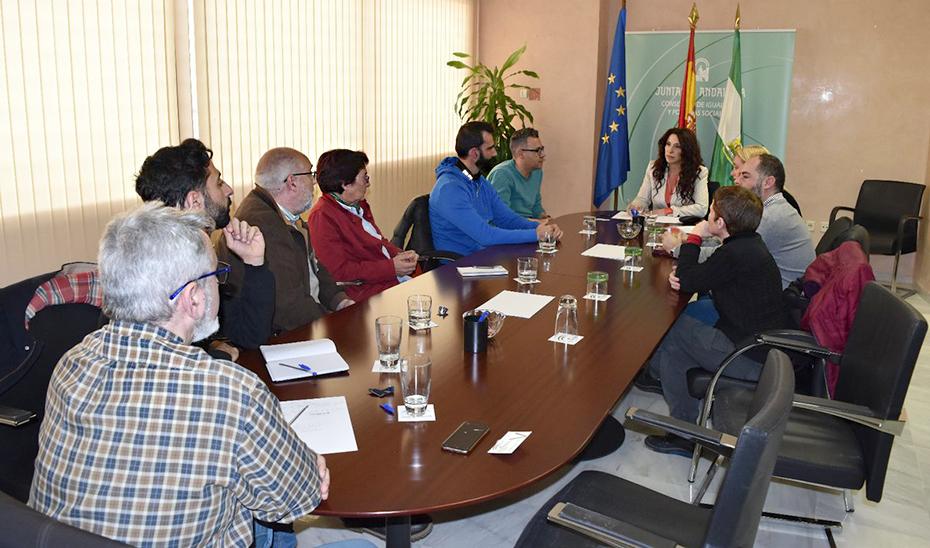 La consejera de Igualdad, Políticas Sociales y Conciliación, Rocío Ruiz, reunida con colectivos LGTBI.